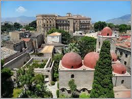 veduta delle chiesa di s.Giovanni degli Eremiti con sullo sfondo il Palazzo dei Normanni